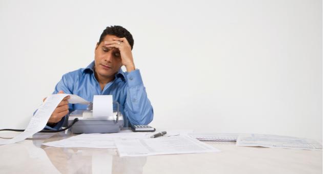 Empresário calculando impostos